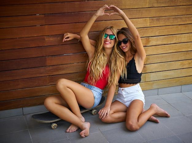 Meilleurs amis adolescentes sur skate s'amuser