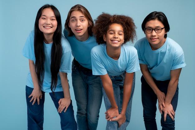 Meilleurs amis adolescents posant ensemble