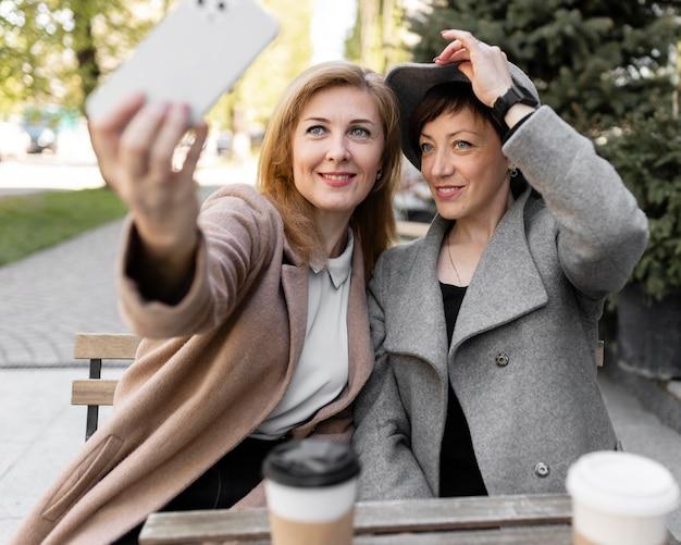Meilleurs amis d'âge moyen passer du temps ensemble dans la ville