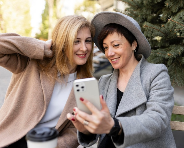 Meilleurs amis d'âge moyen passer du temps ensemble à l'extérieur