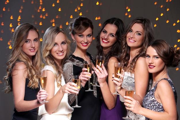 Meilleurs amis ayant une fête du nouvel an