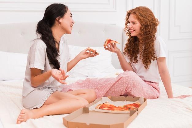 Meilleurs amis ayant pijama party à la maison