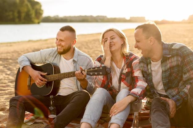 Meilleurs amis chantant sur une plage