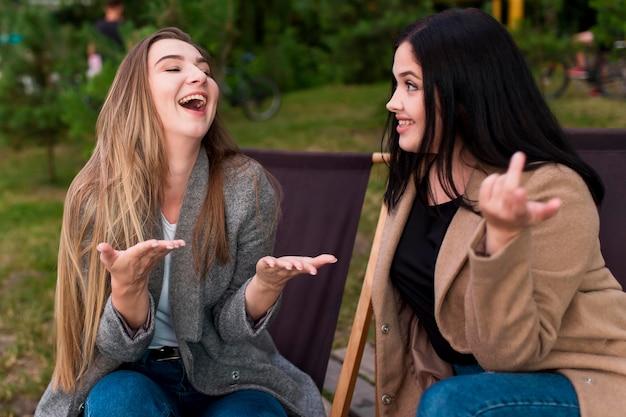 Meilleurs amis discutant à l'extérieur