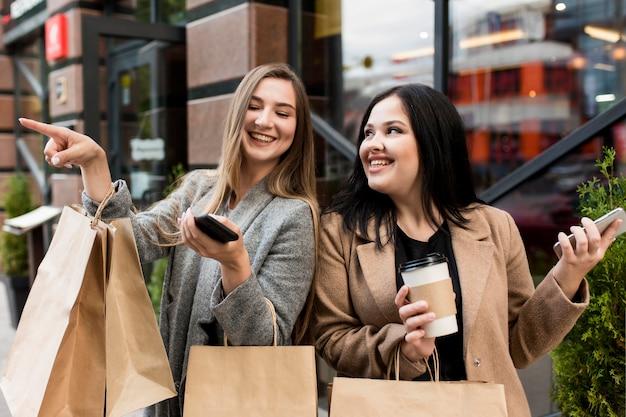 Les meilleurs amis étant heureux après une virée shopping