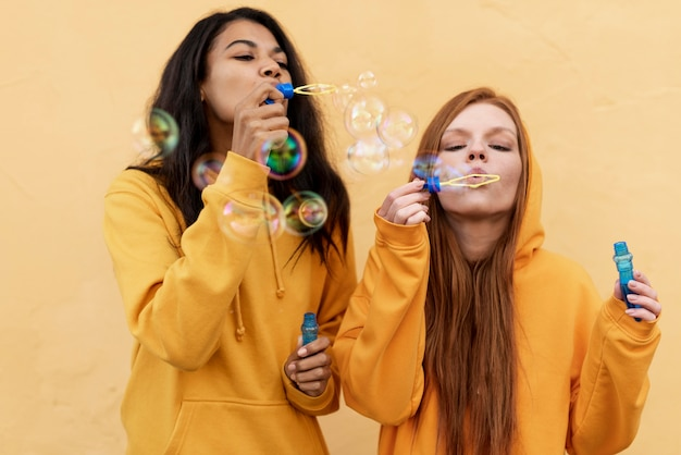 Meilleurs amis faisant des bulles de savon