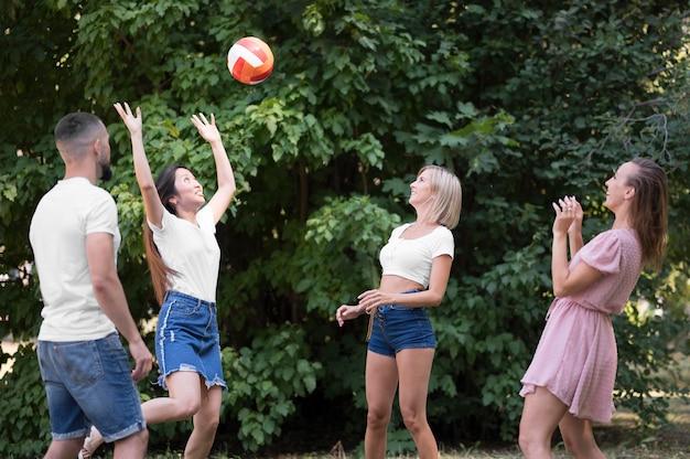 Meilleurs amis jouant au volley-ball après un coronavirus