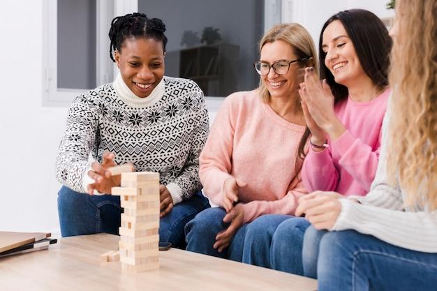Meilleurs amis jouant ensemble un jeu de tour en bois