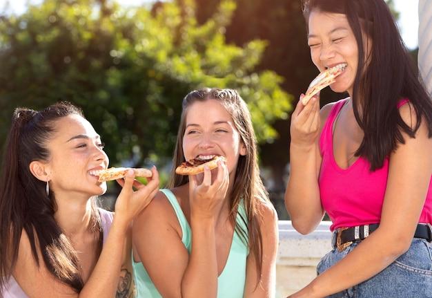 Meilleurs amis mangeant de la nourriture de rue ensemble
