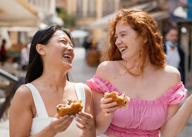 Les meilleurs amis mangent ensemble de la nourriture de rue