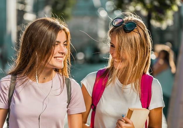 Meilleurs amis marchant joyeusement