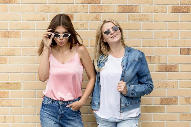 Meilleurs amis posant avec leurs lunettes de soleil sur