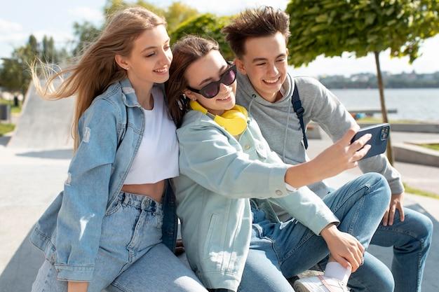 Meilleurs amis prenant un selfie ensemble à l'extérieur