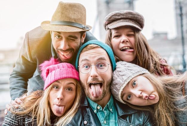 Meilleurs amis prenant selfie sur des vêtements de mode d'hiver