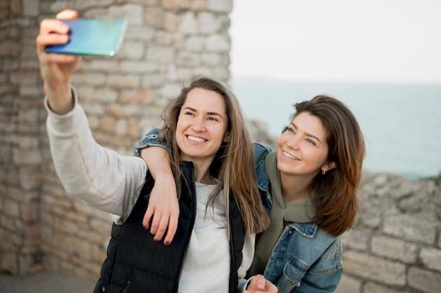 Meilleurs amis prenant un selfie