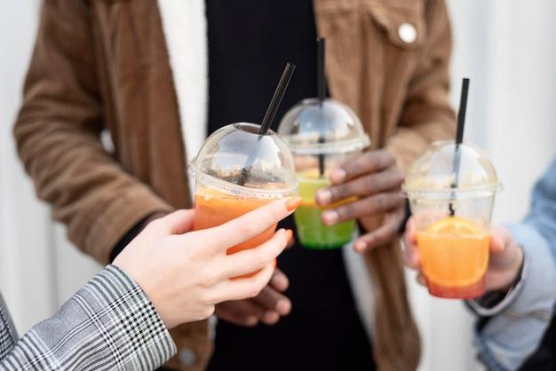 Les meilleurs amis qui traînent tout en dégustant une boisson délicieuse