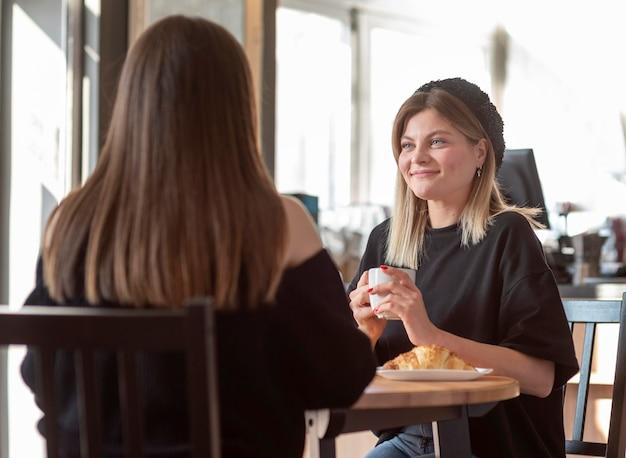 Les meilleurs amis réunis dans un café