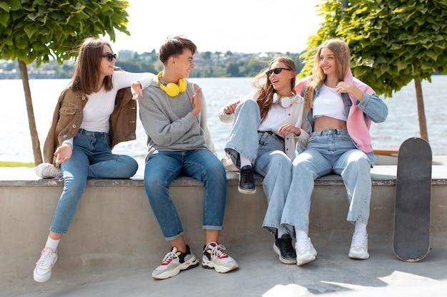 Meilleurs amis s'amusant ensemble à l'extérieur