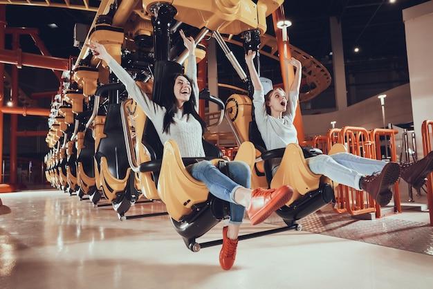 Les meilleurs amis s'amusent dans le parc d'attractions.