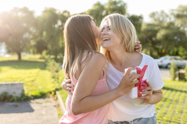Les meilleurs amis s'embrassent après ne pas se voir depuis longtemps