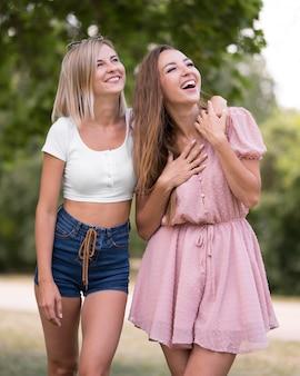 Meilleurs amis souriant et levant les yeux