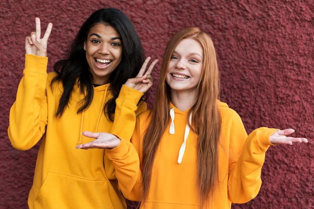 Meilleurs amis en sweats à capuche jaunes