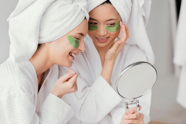 Meilleurs amis utilisant des patchs oculaires pour prendre soin d'eux-mêmes