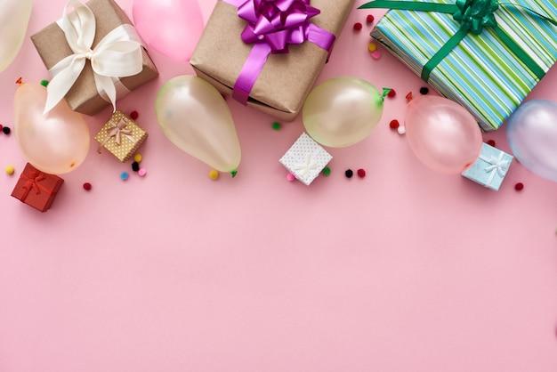 Meilleurs coffrets cadeaux et confettis de ballons colorés de fête d'anniversaire