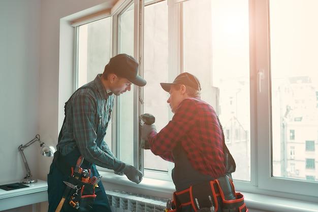Les meilleurs hommes de service installent une fenêtre