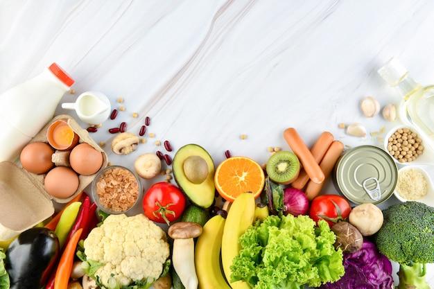 Mélange d'aliments colorés sains sur fond de comptoir de cuisine en marbre