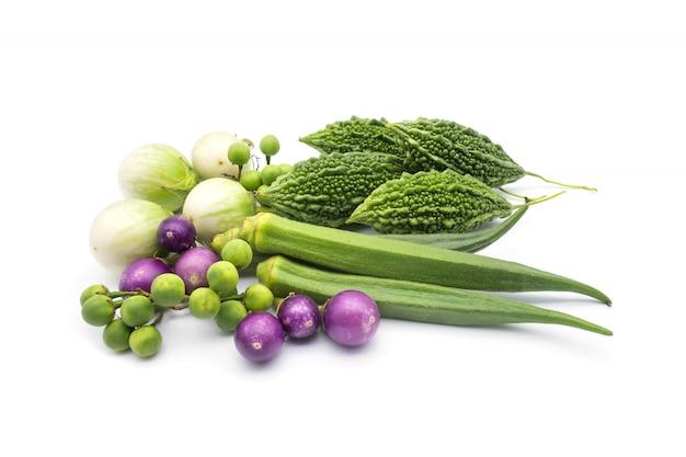 Mélange amer ou courge amère, okra, aubergine, aubergine violette, baies de dinde isoler sur blanc ba