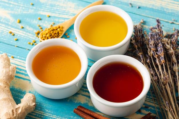 Mélange à angle élevé de miel dans de petits bols