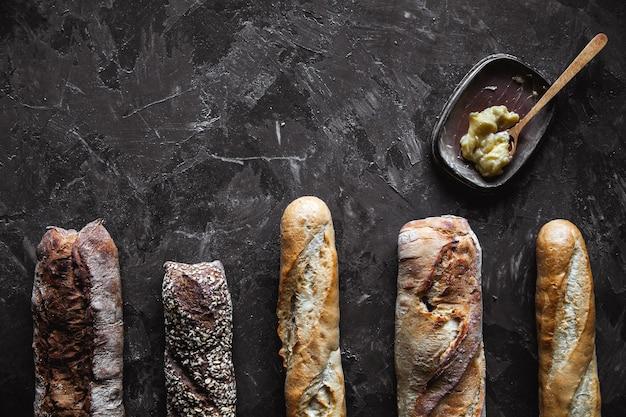 Mélange de baguette sur fond noir. pâtisseries françaises, maison.