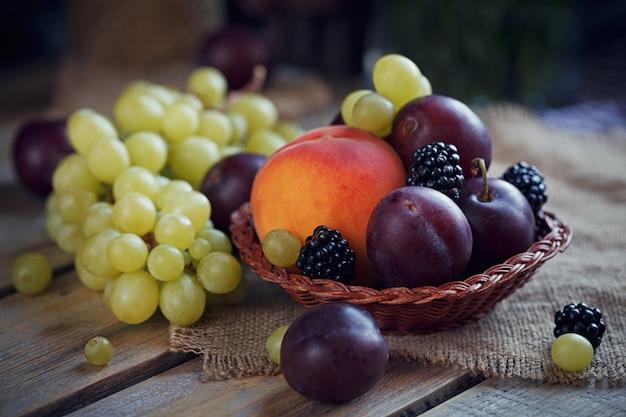 Mélange de baies fraîches et de fruits sur bois rustique