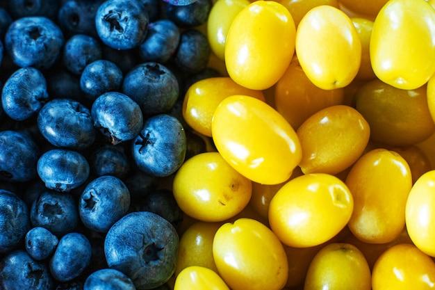 Mélange de baies jaunes et bleues. fruits mick d'été. disposition des baies