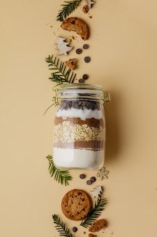Mélange à biscuits aux pépites de chocolat dans un bocal en verre pour cadeau de noël