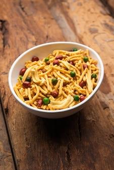 Le mélange de bombay ou chanachur ou chiwda ou farsan est un mélange de collations indiennes, nourriture populaire à l'heure du thé d'inde