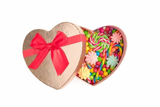 Mélange de bonbons au chocolat colorés dans une boîte cadeau