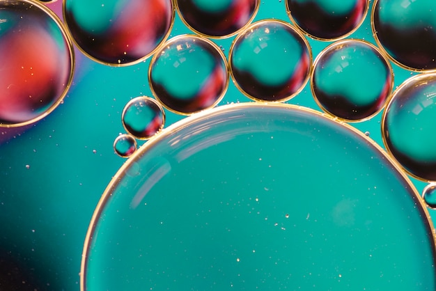 Mélange de bulles colorées sur une surface en verre