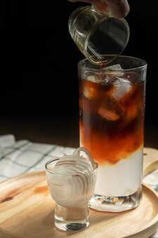 Mélange de café frais avec du jus de noix de coco sucré.