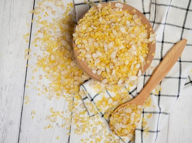 Mélange de céréales de petit déjeuner de plusieurs grains dans une cuillère en bois