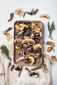 Mélange de champignons séchés sauvages hachés, sur fond blanc, vue de dessus à plat