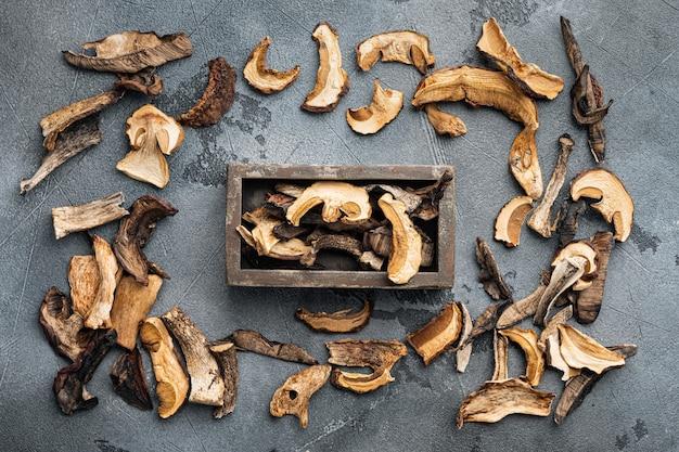 Mélange de champignons séchés sauvages hachés, sur fond gris