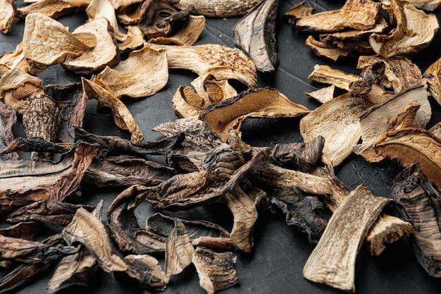 Mélange de champignons séchés sauvages hachés, sur tableau noir