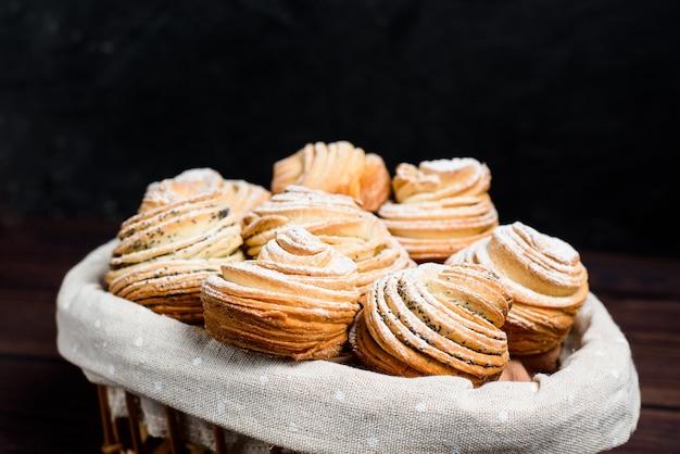 Mélange de croissants et de muffins.