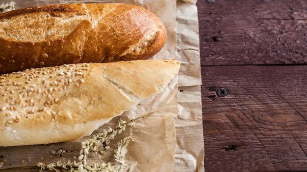 Mélange de différentes variétés de pain posé sur une table en bois