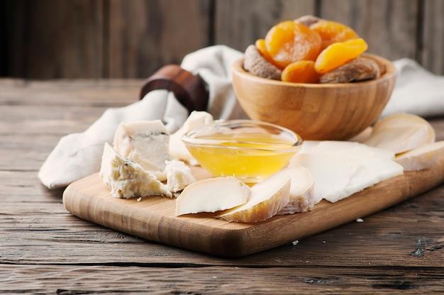Mélange de différents fromages avec du miel