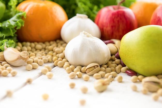 Mélange de différents types de fruits médicinaux sains, de légumes, de noix et d'épices à base de plantes