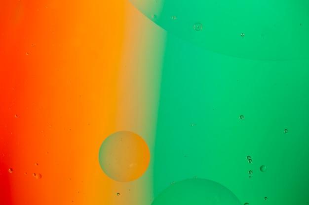 Mélange d'eau et d'huile sur un fond abstrait liquide coloré