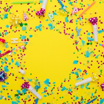 Mélange festif de matériel de fête et de confettis